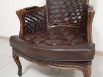Старинное кожаное кресло. Натуральный Ротанг